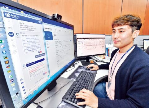 현대모비스 직원이 사무실에서 일상 언어로 대화할 수 있는 채팅로봇(챗봇)인 '마이봇'을 통해 자료를 검색하고 있다. 현대모비스 제공