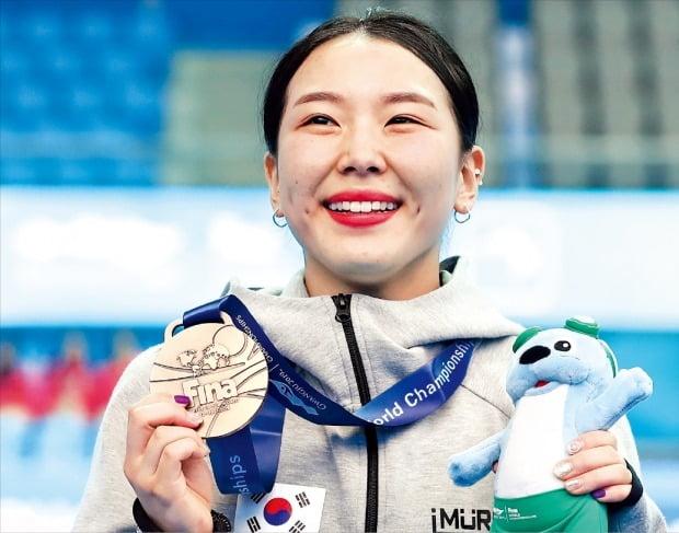 김수지가 지난 13일 치러진 2019 광주세계수영선수권대회 여자 1m 스프링보드 결승에서 합계 257.20점으로 동메달을 따낸 뒤 환하게 웃고 있다. 한국 다이빙이 세계수영선수권대회에서 메달을 딴 건 이번이 처음이다. 14일 열린 남자 종목 결승에선 우하람(21·국민체육진흥공단)이 4위에 그쳐 남자 다이빙 최초 세계선수권 메달 획득에는 실패했다. 4차 시기까지 1위를 달렸던 터라 간발의 차로 시상대에 오르지 못한 아쉬움이 컸다.  /연합뉴스