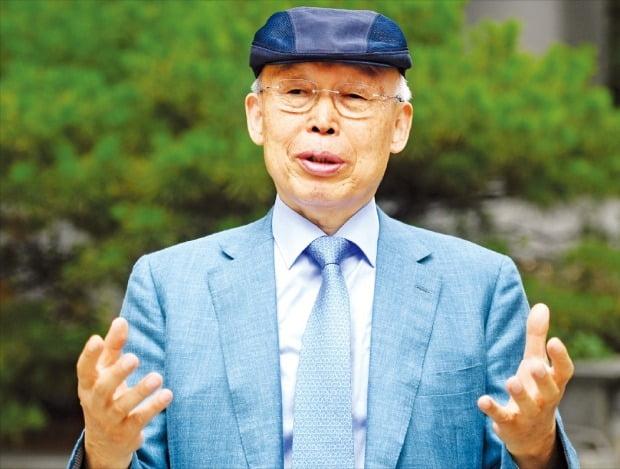 """손욱 전 삼성종합기술원장은 지난 13일 서울 서초동에서 한국경제신문 기자와 만나 """"일본은 '장인정신'을 바탕으로 수십년간 끈질기게 투자한 끝에 소재·부품 산업의 고부가가치화를 이뤄냈다""""며 """"기업과 정부, 연구소가 장기 비전을 가지고 협력할 때 가능한 일""""이라고 강조했다.  /허문찬 기자 sweat@hankyung.com"""