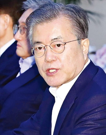 < 단호한 대통령 > 문재인 대통령이 15일 청와대에서 열린 수석·보좌관회의에서 일본의 경제보복에 대응 방침을 밝히고 있다. 문 대통령이 일본의 경제보복에 대해 공개적으로 메시지를 던진 것은 이번이 세 번째다.  /허문찬  기자 sweat@hankyung.com