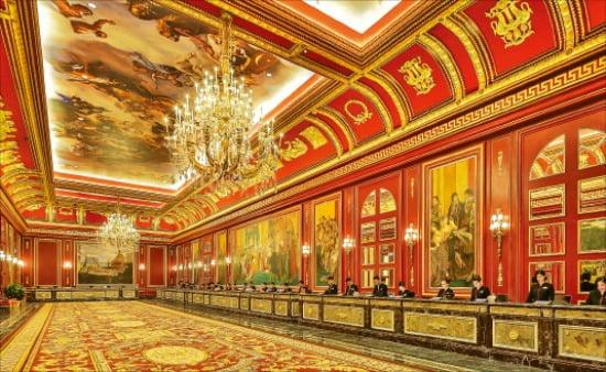 베르사이유 궁전을 콘셉트로 꾸민 파리지앵 마카오 리셉션.