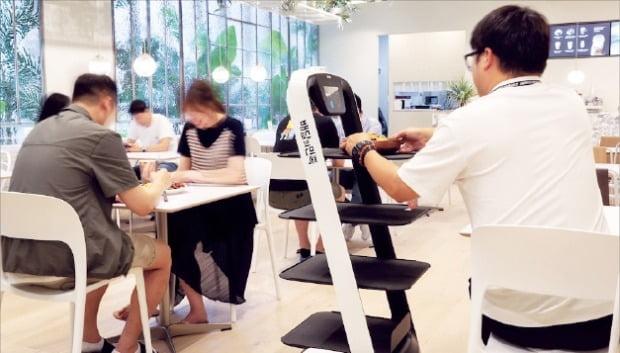 서울 송파구에서 23일 문을 연 스마트 식당 '메리고키친'에선 직원 대신 자율주행 로봇이 음식을 가져다준다.    /우아한형제들  제공