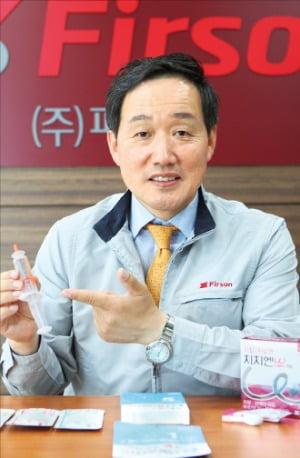 김동진 퍼슨 대표가 천안공장에서 소독마취제와 일회용 치질치료제 효능을 설명하고 있다.  강태우 기자
