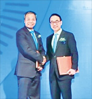 홍원표 삼성SDS 대표(오른쪽)와 응우옌쭝찡 CMC 회장이 지난 26일 베트남 하노이에서 전략적 투자 계약을 체결한 뒤 악수하고 있다.   /삼성SDS 제공