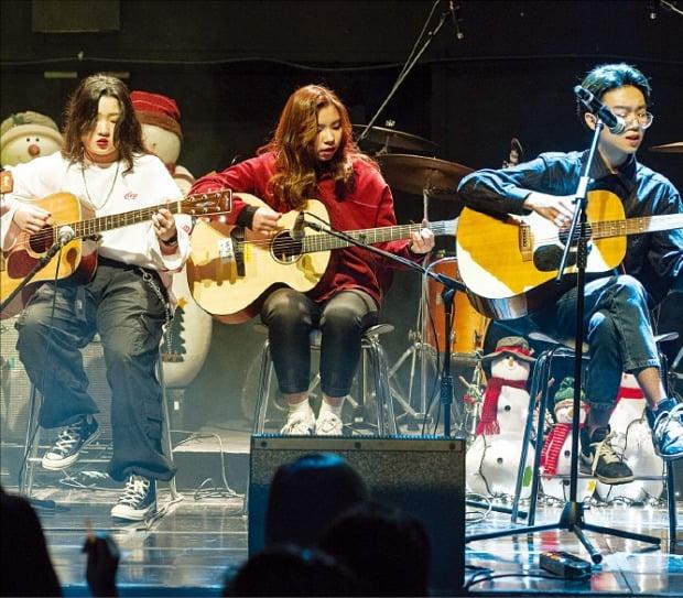 CJ문화재단 '튠업음악교실'을 통해 인디음악을 배운 서울다솜관광고 학생들이 공연하고 있다.  /CJ문화재단 제공