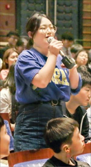지난 5월 열린 'LG 꿈꾸는 프로듀서' 행사에서 한 학생이 질문하고 있다.  /LG연암문화재단  제공