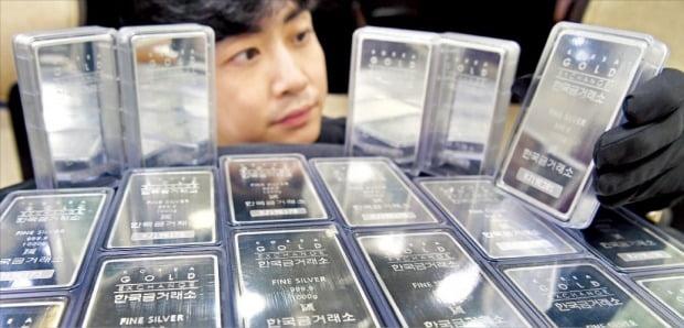 < 실버바도 '불티' > 은 가격이 크게 오르면서 개인 자산가들의 투자가 급증하고 있다. 30일 서울 종로에 있는 귀금속 전문매장인 한국금거래소에서 직원이 실버바(은괴)를 살펴보고 있다.   /허문찬 기자 swest@hankyung.com