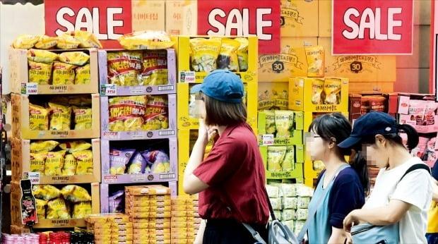 투자와 산업 생산이 부진한 가운데 지난달 소비(소매판매액)도 9개월 만에 최대폭으로 감소(-1.6%)했다. 31일 서울 명동에서 쇼핑객들이 할인행사 중인 마트 옆을 지나가고 있다.  /김영우 기자 youngwoo@hankyung.com