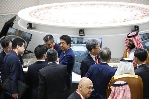 문재인 대통령과 아베 신조 일본 총리가 지난달 말 오사카에서 열린 G20(주요 20개국) 정상회의 시작 전 서로 다른 그룹에서 얘기하고 있다./ 사진=청와대 사진기자단