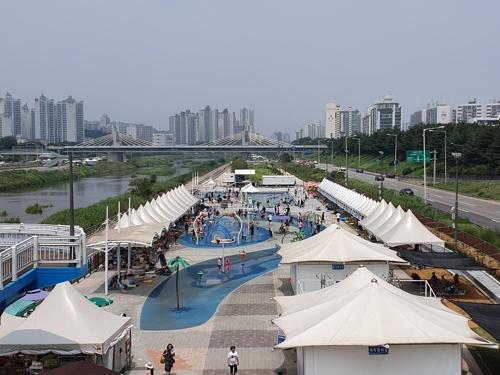 후텁지근한 일요일…수영장·공원·서점에 나들이 인파
