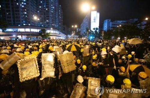 홍콩 시민 11만명 '송환법 반대' 시위…경찰·시위대 충돌(종합)