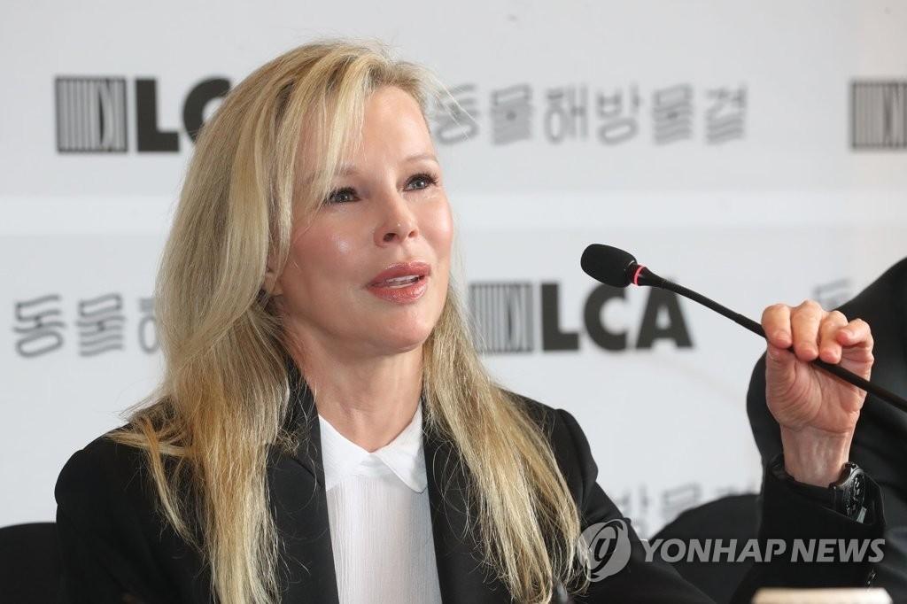 """헐리웃 스타 킴 베이싱어 """"한국, 개 식용으로 집단 사육하는 유일한 나라"""""""