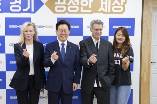 """이재명 만난 킴 베이싱어 """"동물들, 우리 도움 필요하다"""""""