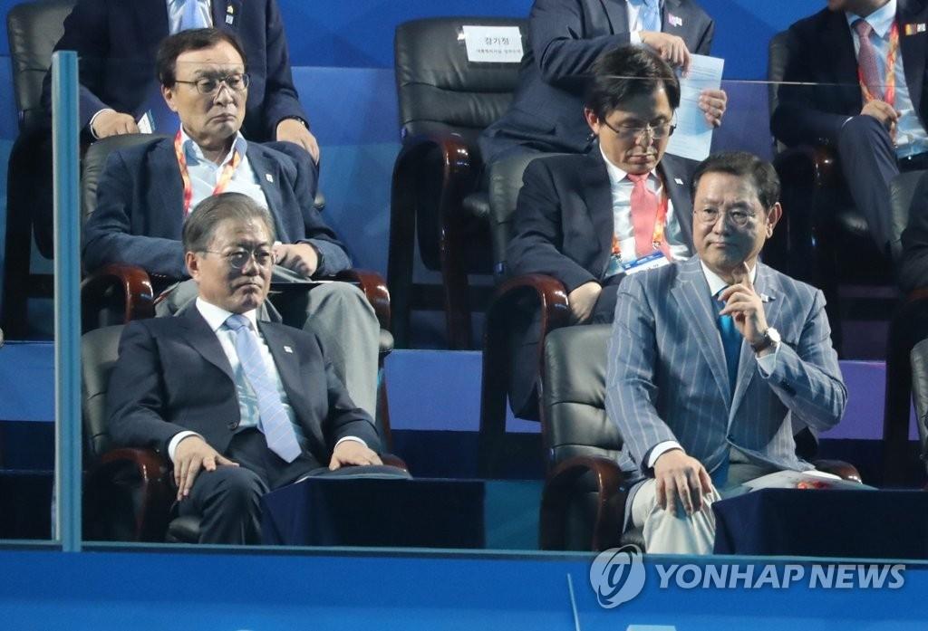 """광주세계수영선수권서 `꾸벅` 황교안 측 """"일정이 너무 많아서"""""""