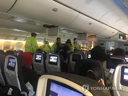 """캐나다항공기 강타한 난기류…""""승객들 천장으로 날아가"""""""