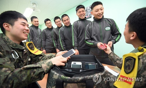 """병사 36만명 휴대폰 사용…""""보안사고 없었지만 도박등 일탈도"""""""