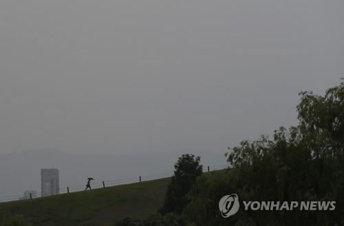 [날씨] 토요일 구름 많고 곳곳서 비…서울 낮 29도·춘천 30도