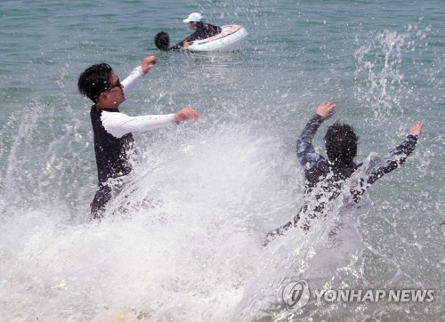 강원 동해안 92개 해수욕장 모두 개장…더위 피해 '풍덩'