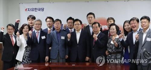 한국당, 총선 앞두고 '전당원 간부화'?…임명장 수여식 잇달아