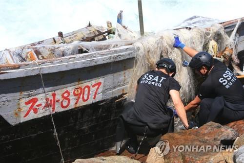 """합참 """"고성 해안가서 北목선 발견'…대공용의점 없는 듯"""