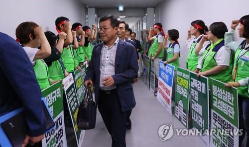"""학교비정규직-교육당국 교섭 잠정중단…""""2차 총파업 선포"""""""