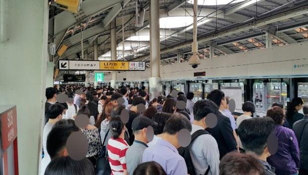 14일 오전 지하철 4호선 오이도역∼당고개역 구간에서 상행선 열차운행이 한때 중단돼 출근길 시민들이 불편을 겪었다. 연합뉴스