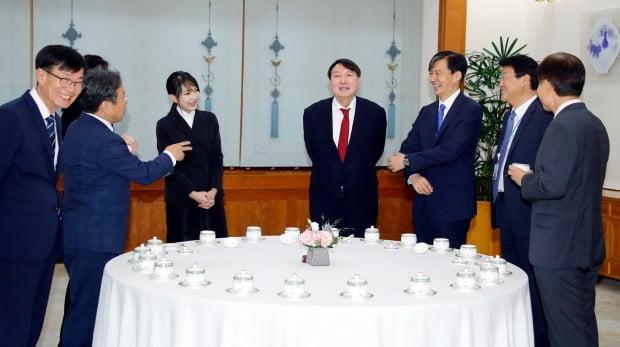 얘기 나누는 윤석열 검찰총장과 수석보좌진 (사진=연합뉴스)