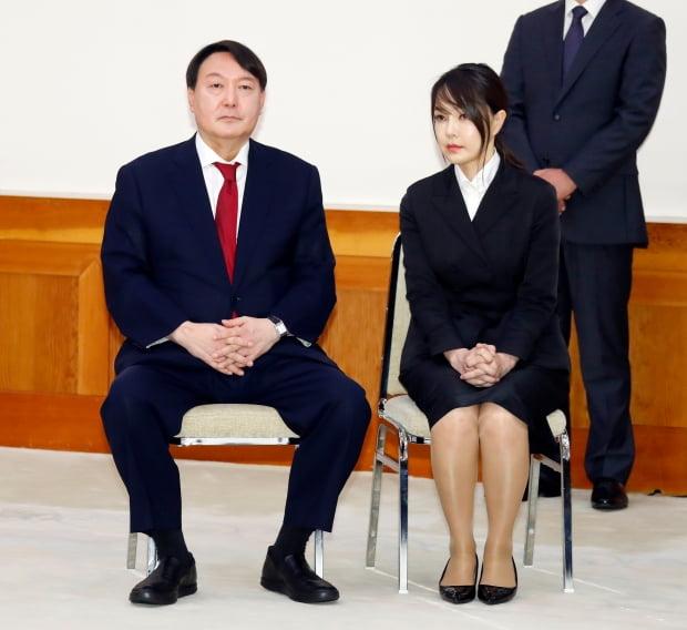 윤석열 신임 검찰총장(왼쪽)과 부인 김건희 씨가 25일 오전 청와대에서 열린 임명장 수여식에 자리하고 있다. /사진=연합뉴스