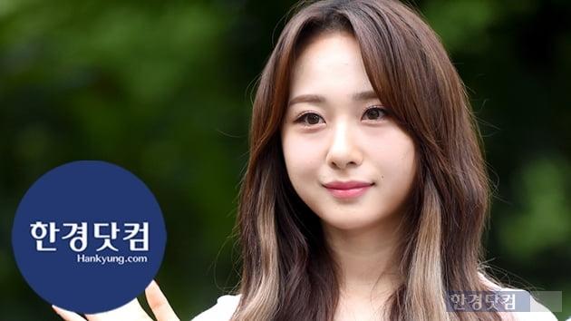 HK직캠|로켓펀치 쥬리, 단아한 모습으로 등장…'사랑스럽게 하트 발사~' (뮤직뱅크 출근길)