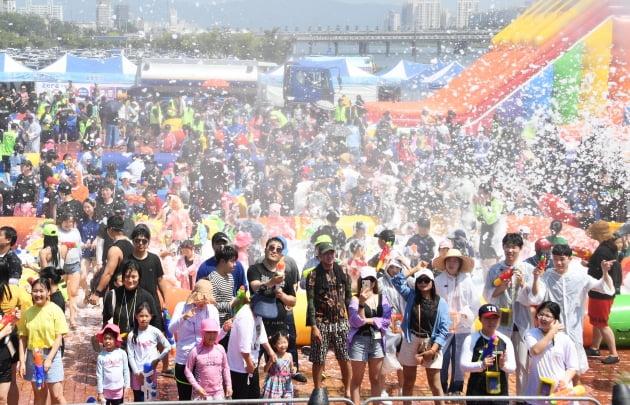 '2019 워터버블페스티벌'이 지난 17일 울산 중구 성남 둔치에서 열렸다. 축제에 참가한 시민들이 물총을 쏘며 즐거운 시간을 보내고 있다. 울산 중구 제공