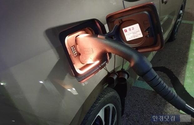 급속충전기로 BMW 전기차 i3를 충전하는 모습. 초소형 전기차는 220V 완속충전을 해야 하기에 충전에 약 3시간이 걸린다.