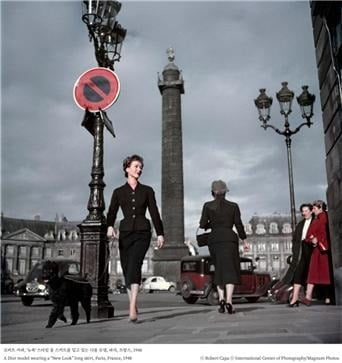 가우디움어소시에이츠가 프랑스 파리를 주제로 한 사진전 '매그넘 인 파리'를 9월25일부터 내년 2월9일까지 예술의전당 한가람디자인미술관에서 개최한다. 사진은 로버트 카파의 작품인 '뉴룩 스타일 롱 스커트를 입고 있는 디올 모델'. 가우디움어소시에이츠 제공