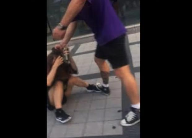피해자 일본여성이 공개한 한국인 남성의 폭행장면 사진. 출처=해당 개인 트위터