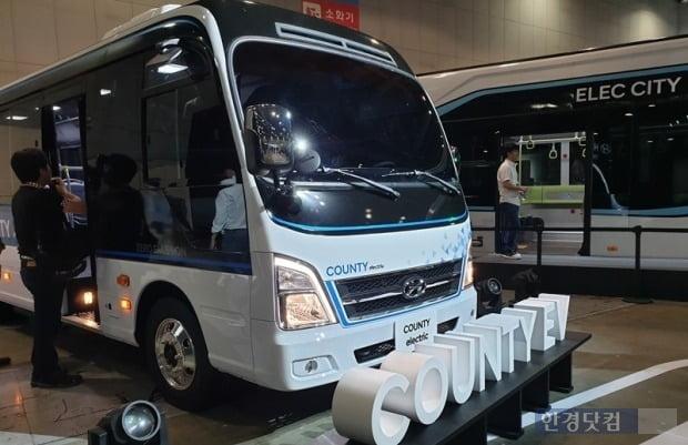 현대자동차가 소형버스 카운티EV를 선보이고 2025년까지 친환경 상용차 17종 라인업을 구축하겠다고 밝혔다.