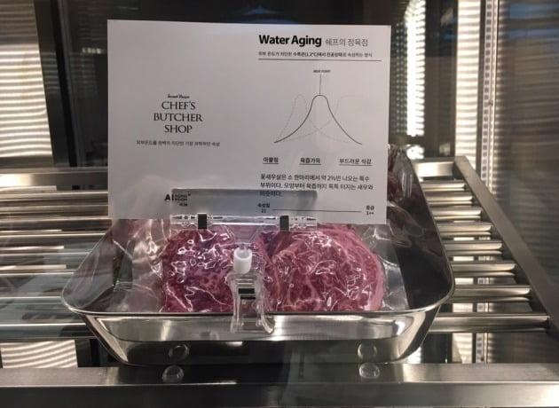 서울 테헤란로 에 위치한 푸드 테크 레스토랑 '레귤러 식스' 내 에서 AI 기술 을 활용 해 고기 가 숙성 되고 있다 ./ 사진 = 최수진 기자
