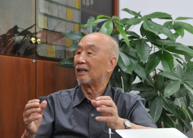 김성호 인천대 석좌교수가 인천대 연구실에서 게놈프로젝트의 연구방법에 대해 설명하고 있다. 인천대 제공 