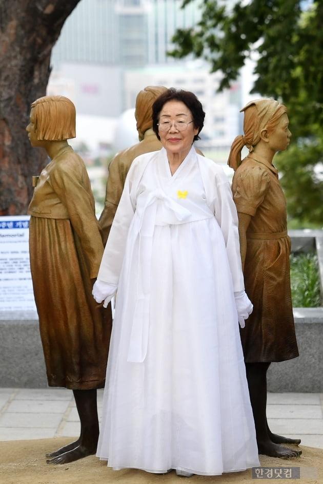 [포토] 위안부 피해자 기림비 앞에 선 이용수 할머니
