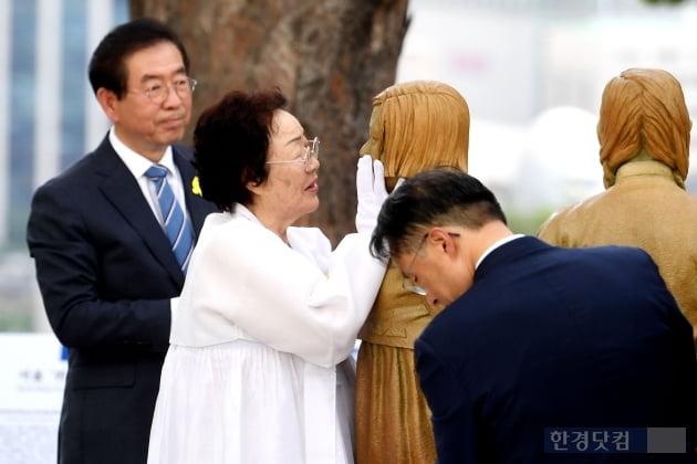 [포토] 소녀상 어루만지는 이용수 할머니