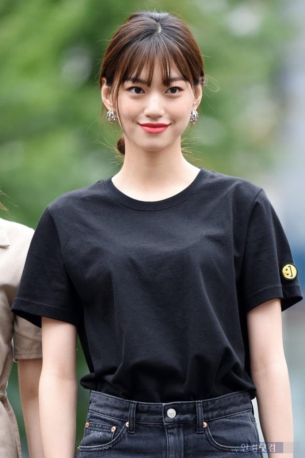 HK직캠|위키미키 김도연, 시크한 모습으로 등장…'눈부신 미소에 시선강탈'(뮤직뱅크 출근길)