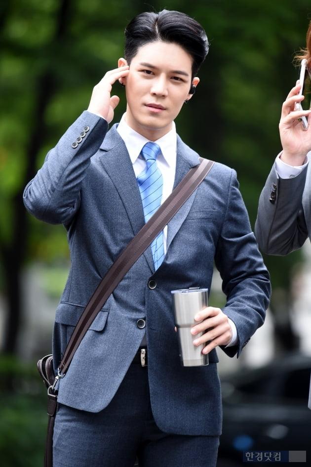 HK직캠|노라조, 멋진 슈트 입고 출근…'예상하지 못한 모습에 환호 받으며 등장' (뮤직뱅크 출근길)