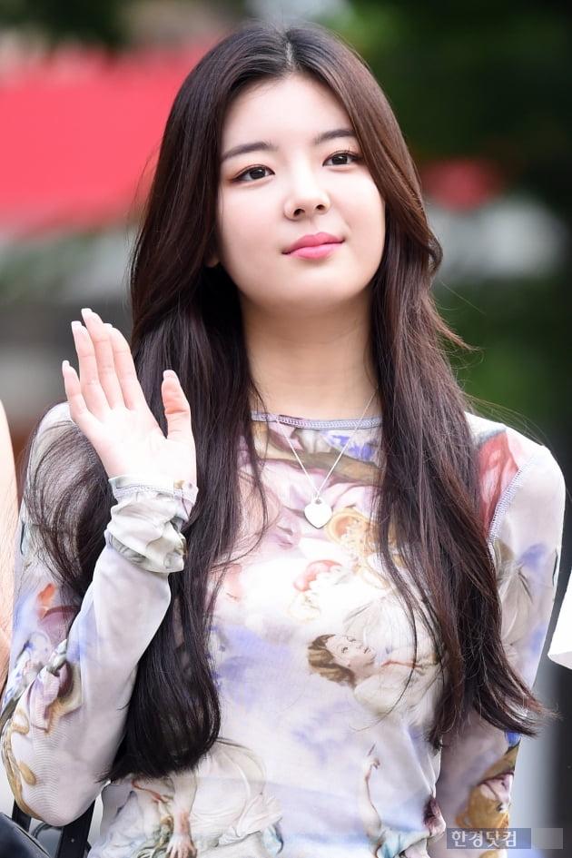 HK직캠 ITZY 리아, 예쁜 미소에 시선강탈…'귀여워~귀여워~'(뮤직뱅크 출근길)
