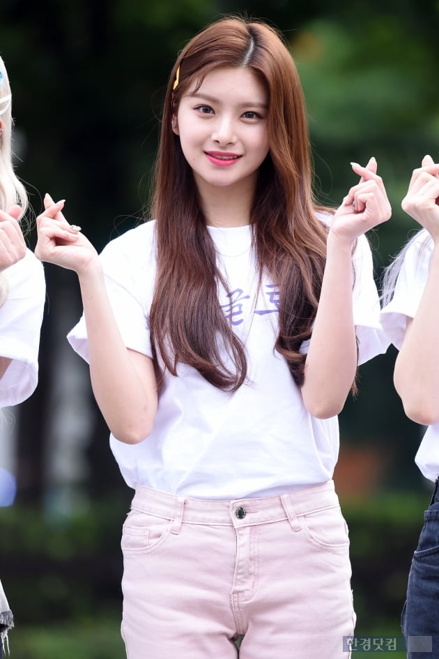 HK직캠|에버글로우 이런, 눈 뗄 수 없는 상큼 미소…'못 본 사이 더 예뻐졌네~'(뮤직뱅크 출근길)
