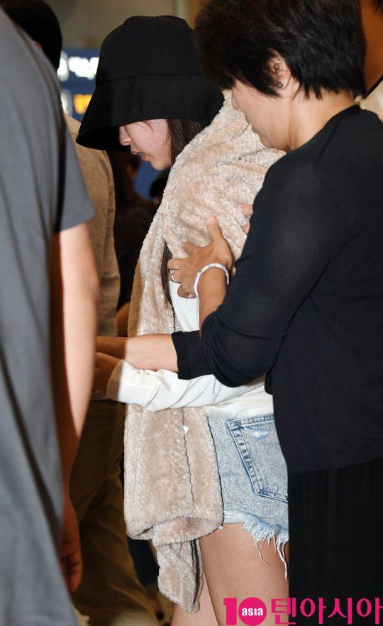 걸그룹 트와이스 미나가 1일 오후 일본 집에서 휴식을 취하고 인천국제공항을 통해 입국하고 있다.