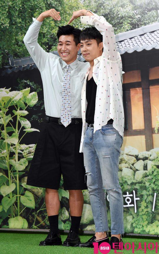 김종민과 은지원이 2일 오후 서울 강남구 논현동 임피리얼 팰리스 호텔에서 열린 MBN 신규 예능 프로그램 '자연스럽게' 제작발표회에 참석하고 있다.