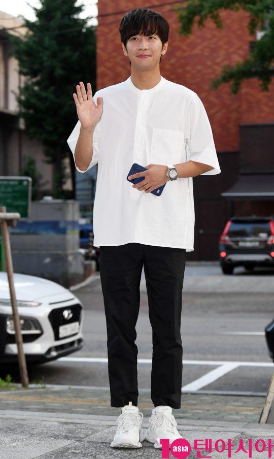 [TEN PHOTO]이상엽 '깔끔한 블랙&화이트 쫑파티 복장'