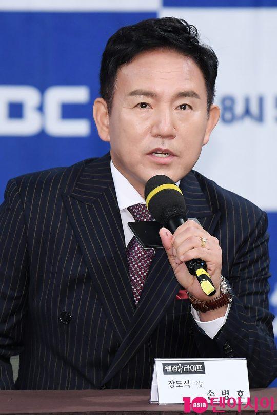 배우 손병호가 5일 오후 서울 상암동 MBC 골든마우스홀에서 열린 MBC 드라마 '웰컴2라이프' 제작발표회에 참석해 인사말을 하고 있다.