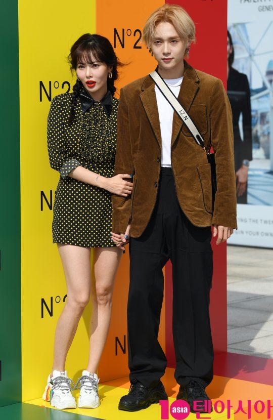 가수 현아와 이던 커플이 6일 오후 서울 압구정로 갤러리아 명품관 EAST 광장에서 열린 N21의 포토콜 행사에 참석하고 있다.