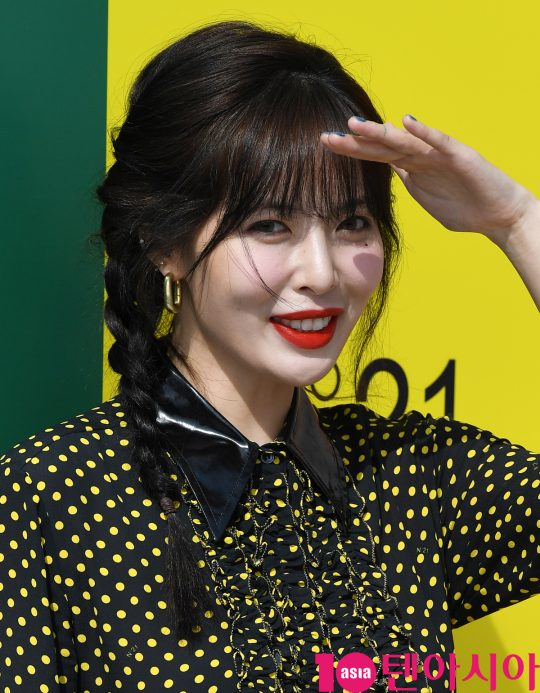 가수 현아가 6일 오후 서울 압구정로 갤러리아 명품관 EAST 광장에서 열린 N21의 포토콜 행사에 참석하고 있다.
