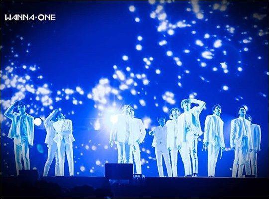 그룹 워너원의 공식 인스타그램에 올라온 마지막 완전체 사진.