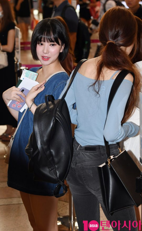걸그룹 여자친구(소원, 예린, 은하, 유주, 신비, 엄지) 은하와 유주가 8일 오전 K-FES2019 공연 참석차 김포국제공항을 통해 일본으로 출국하고 있다.